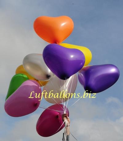 Bild. Luftballons. Gro�e Herzluftballons schweben mit Helium