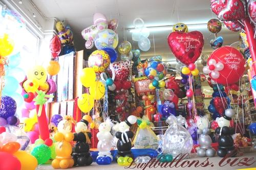Bild. Ausstellung von dekorierten Luftballons im Geschäftslokal von Luftballons.biz