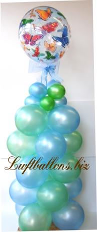 Bild. Bubble Luftballon mit Schmetterlingen, dekoriert mit einer Säule aus Latex-Luftballons und Zierschleife