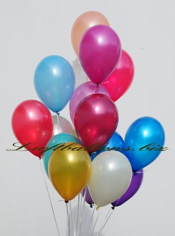 Bild. Bukett aus heliumgefüllten Metallic-Luftballons
