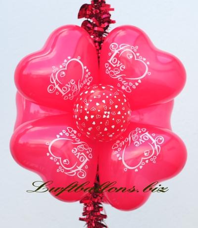Bild. Dekoration aus Luftballons. Mini-herzluftballons und bedruckter Mini-Luftballon dekoriert an einer Girlande. Dekoration I Love You
