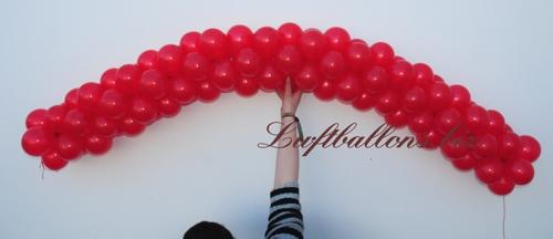 Bild. Girlande aus kleinen roten Luftballons