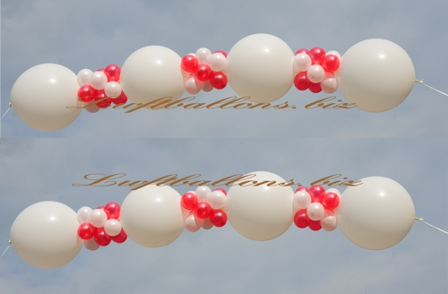Bild. Girlanden-Luftballons dekoriert mit kleinen Luiftballons