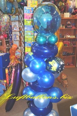 Bild. Kaskade aus Luftballons. Latex-Luftballons und Bubble, Globus mit Tieren. Ballondeko im Geschäft