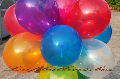 Bild. Nahaufnahme von Luftballons in Kristallfarben. Qualitäts-Luftballons
