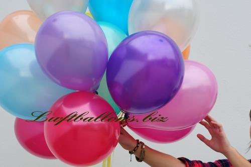 Bild. Luftballons in Metallicfarben mit Helium in einer Traube. Nahaufnahme der Qualit�ts-Luftballons