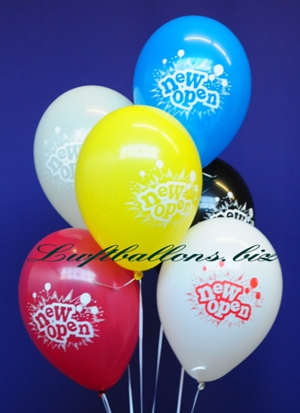 Bild. Luftballons zur Eröffnung mit Helium schwebend in einer Traube gebündelt