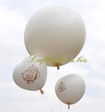Bild. Weiße große Just Married Herzluftballons mit einem Riesenballon in Weiß. Bukett mit Helium schwebend. Zur weißen Hochzeit