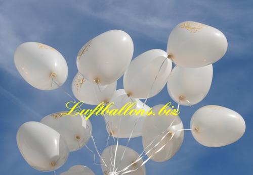 Bild. Weiße Herzluftballons mit dem Aufdruck Just Married schweben mit Helium in einer Ballontraube