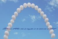 Ballonbogen aus weißen Luftballons mit Helium zur Ballondekoration Hochzeit