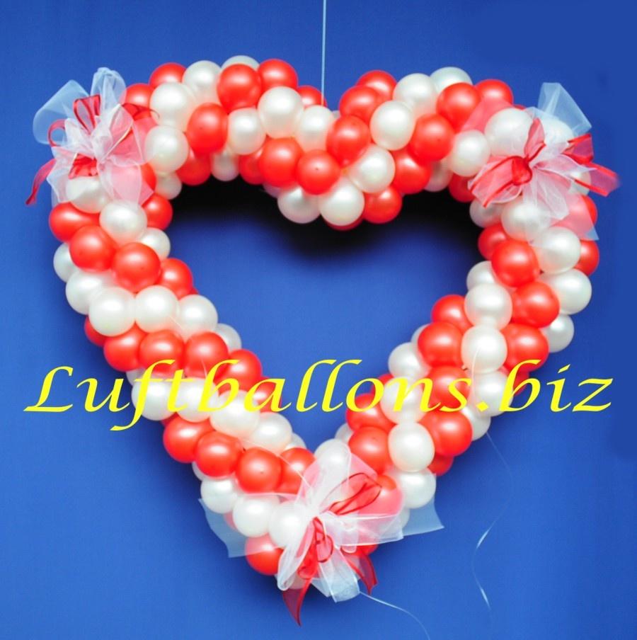 Dekoration Hochzeit, Herz aus Ballons und Zierschleifen