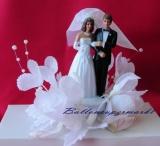 Tischdekoration und Hochzeitstortendekoration Brautpaar in Blütendekoration